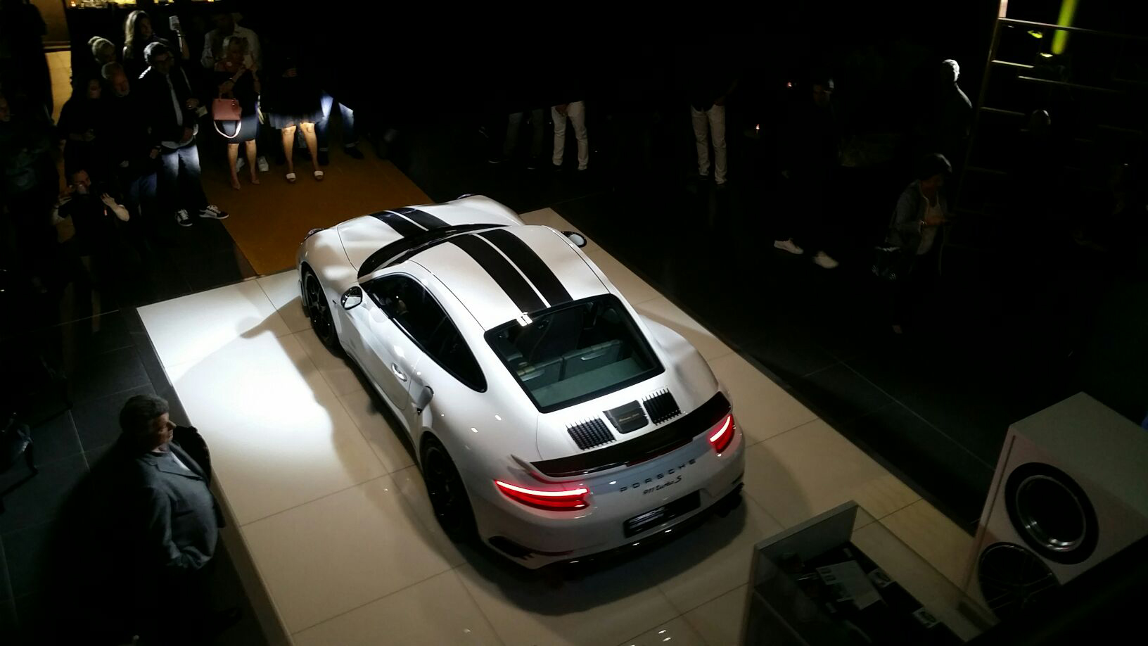vid o de la soir e pour la sortie de la porsche 911 turbo s aucop. Black Bedroom Furniture Sets. Home Design Ideas