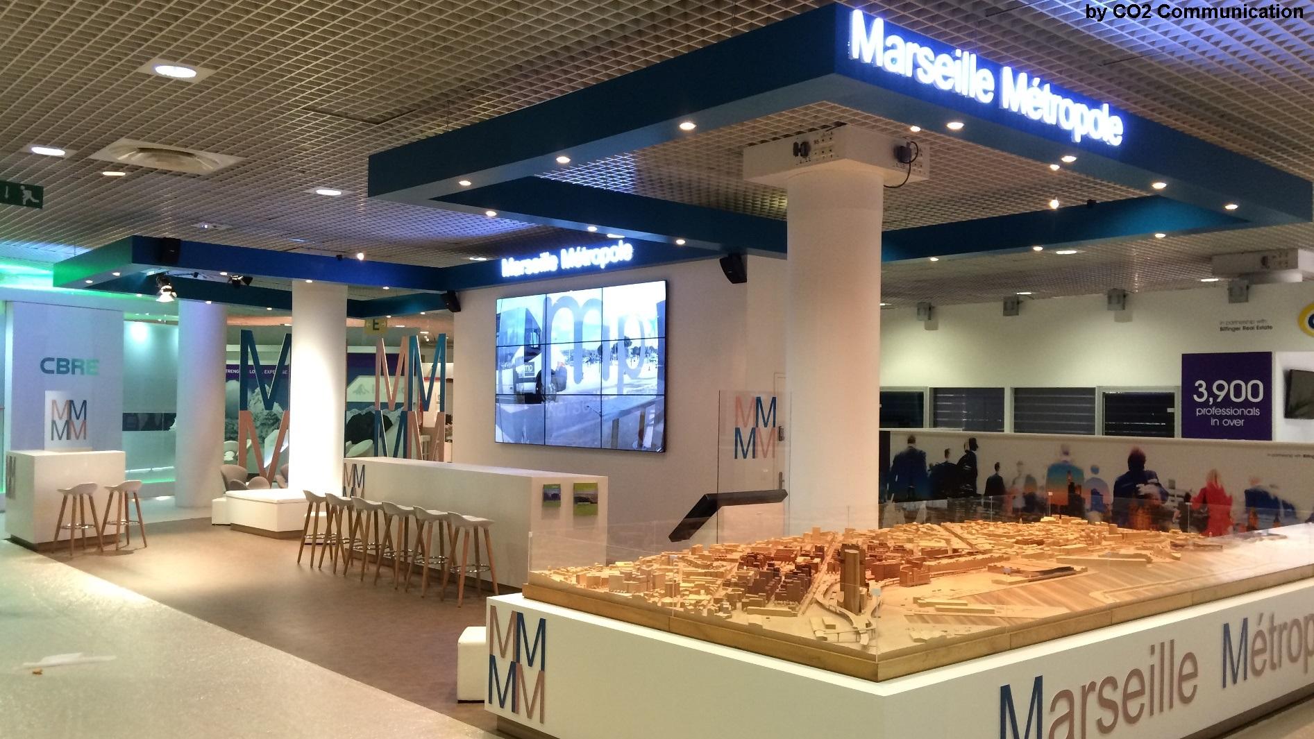 Stand Marseille - Métropole au MIPIM - CO2 Communication - Palais des Festivals de Cannes - service déco l'a installé - audiovisuelle