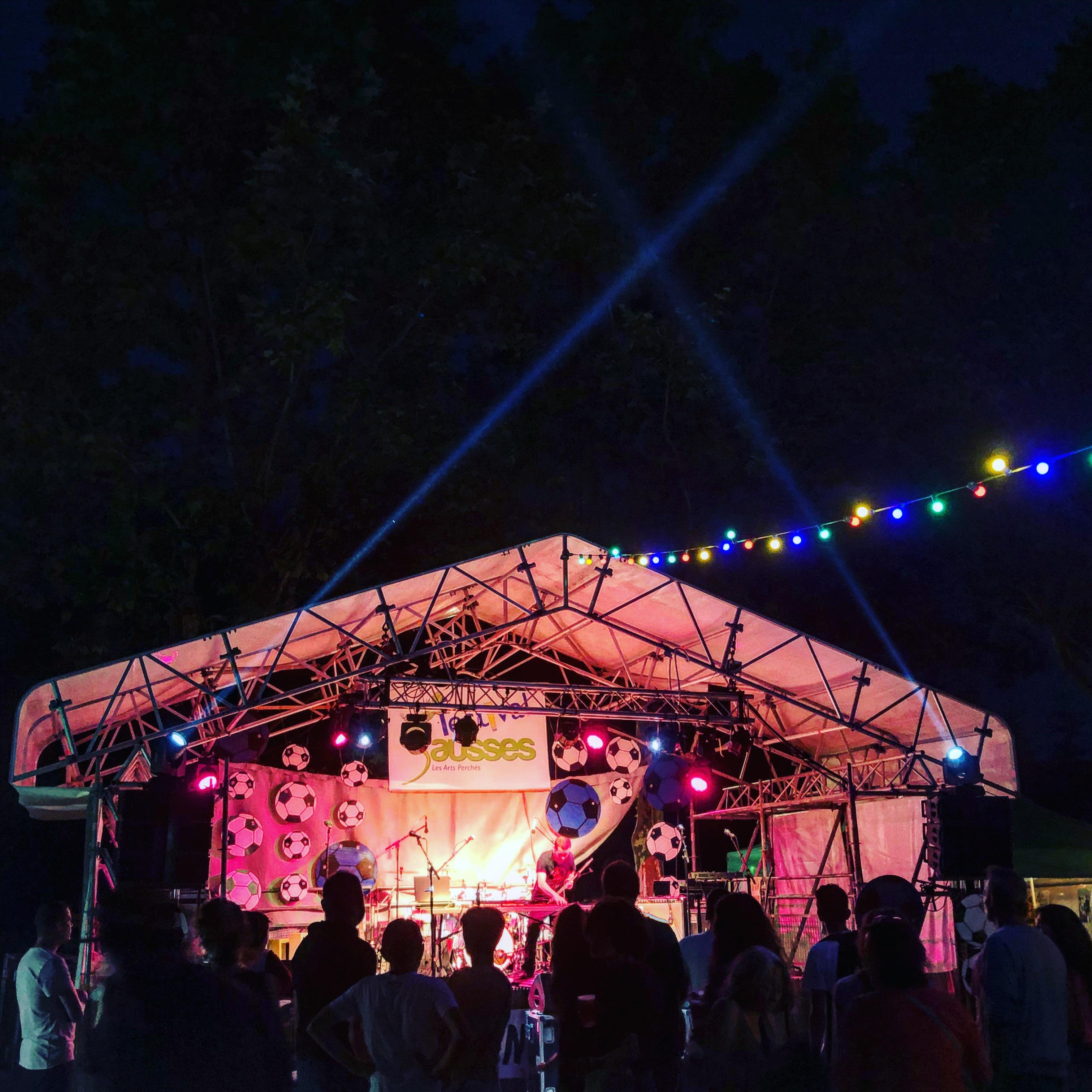 aucop-event-festival-festival en sausses-sonorisation-eclairage-cali-kolinka-dahan-scene-audiovisuel-evenementiel-alpes de haute provence-carros-nice-scene
