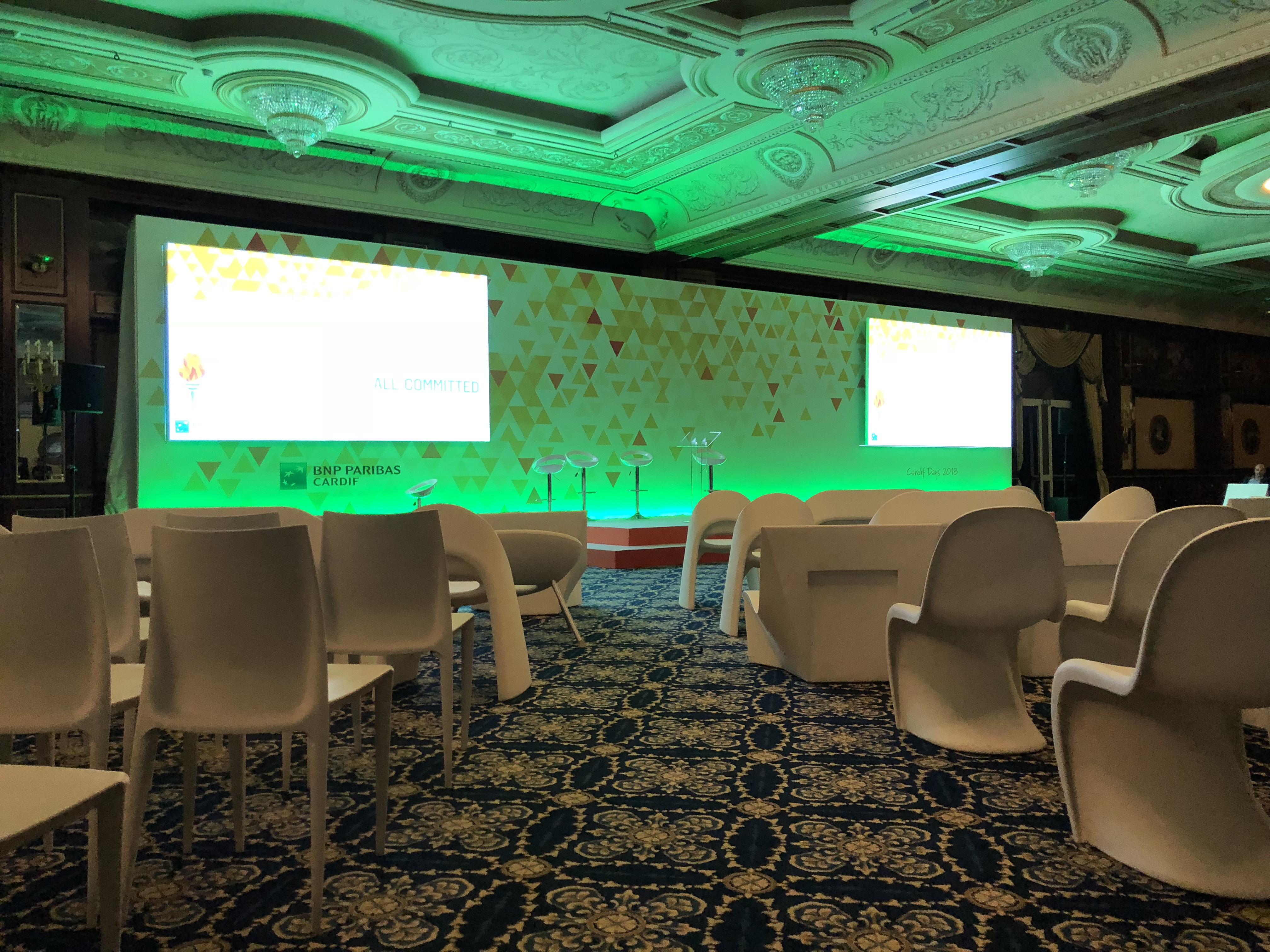 aucop-event-twobevents-son-video-deco-scene-lac majeur-bnp paribas-evenementiel-audiovisuel-italie-Samsung LED 40-Projecteur Christie Roadster-console grand ma-prolight lumipix