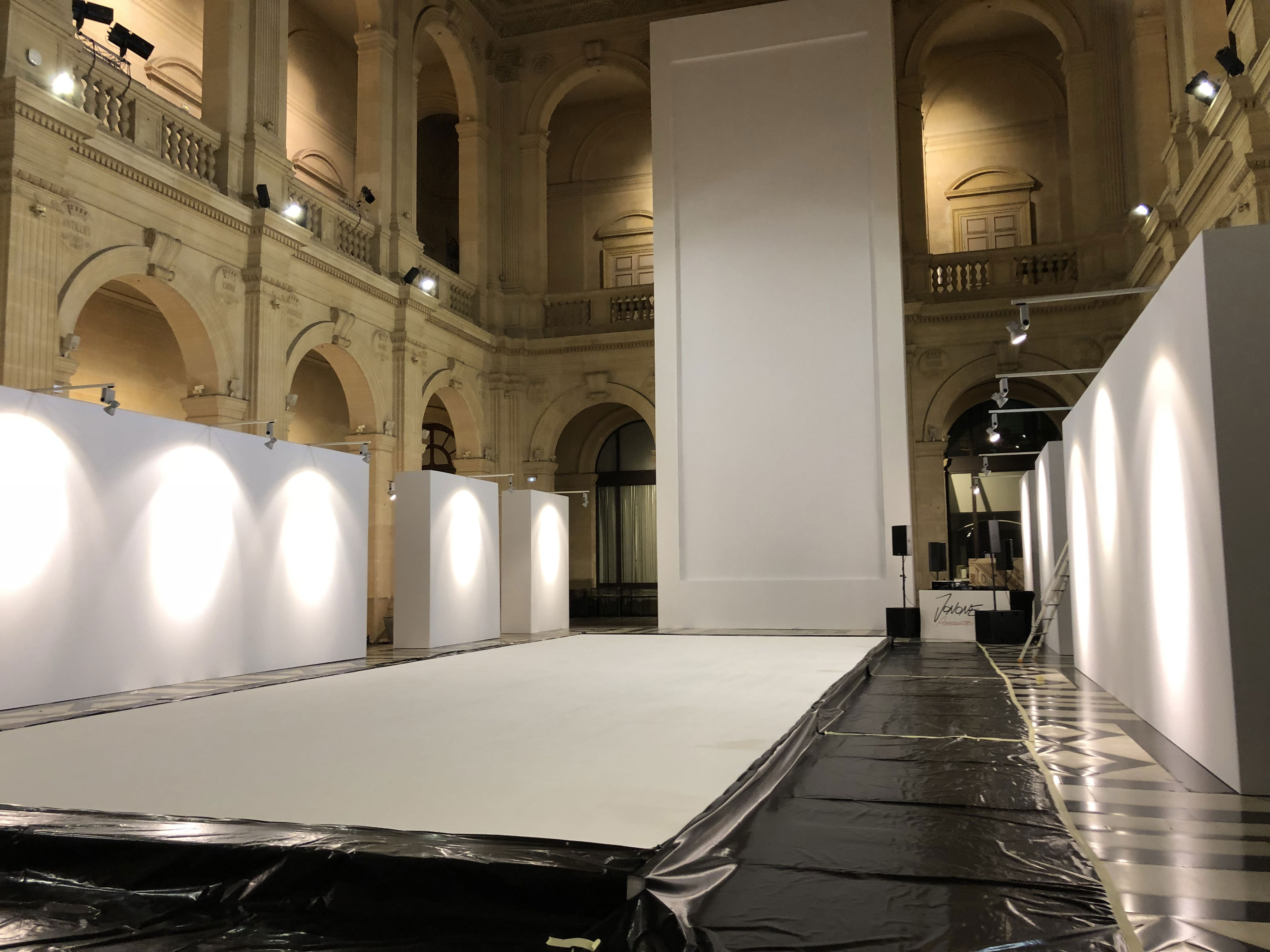 toiles-expo-marseille-palaisdelabourse-peinture-aucop-audiovisuel-oeuvres-performance-live-painting-jonone-david-pluskwa-galerie-contemporain-art